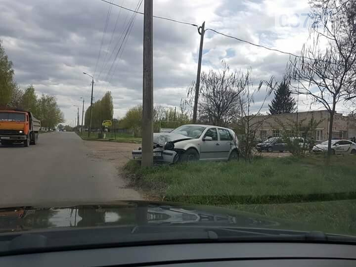 ДТП у Чернівцях: автомобіль влетів у стовп (фото), фото-2