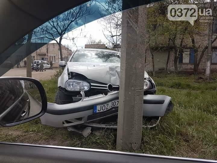 ДТП у Чернівцях: автомобіль влетів у стовп (фото), фото-3