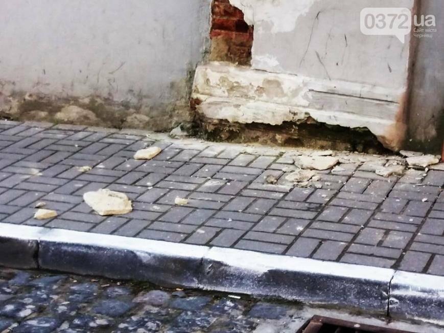 У Чернівцях  пошкоджені будівлі обвалюються на школярів, фото-1