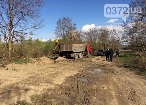 На Буковині місцеві жителі нахабно  крали гравій з річки , фото-1