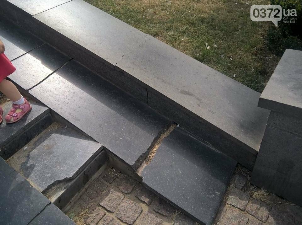 Чернівчани незадоволені станом площі Філармонії у Чернівцях, фото-1