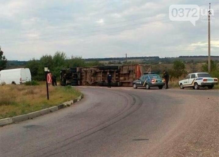 На Буковині сталася ДТП: перекинулась вантажівка, фото-1