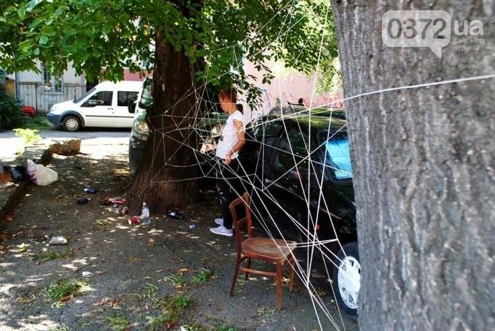 Волонтери обплели дворик на вулиці Фрідріха Кайндля у Чернівцях павутиною (фото), фото-5