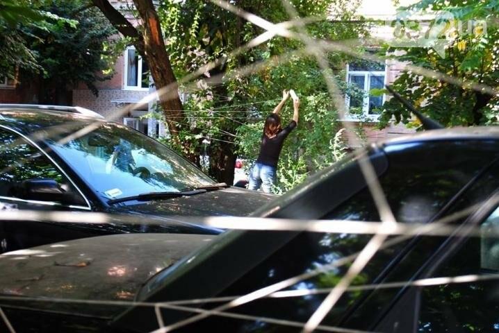 Волонтери обплели дворик на вулиці Фрідріха Кайндля у Чернівцях павутиною (фото), фото-4