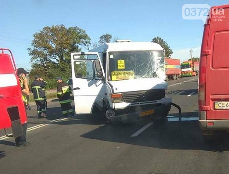 На трасі за Чернівцями автобус зіткнувся з  переповненою маршруткою, фото-2