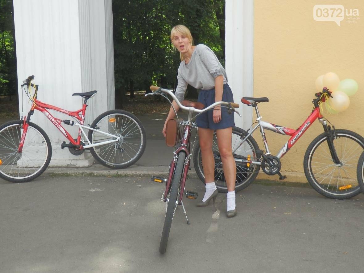 Дівчата у гарних сукнях на велосипедах. Велопарад у Чернівцях (ФОТО), фото-3
