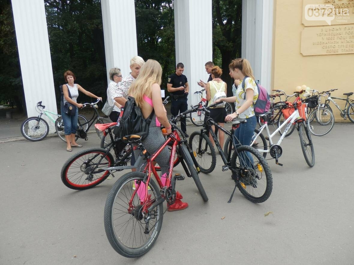 Дівчата у гарних сукнях на велосипедах. Велопарад у Чернівцях (ФОТО), фото-4