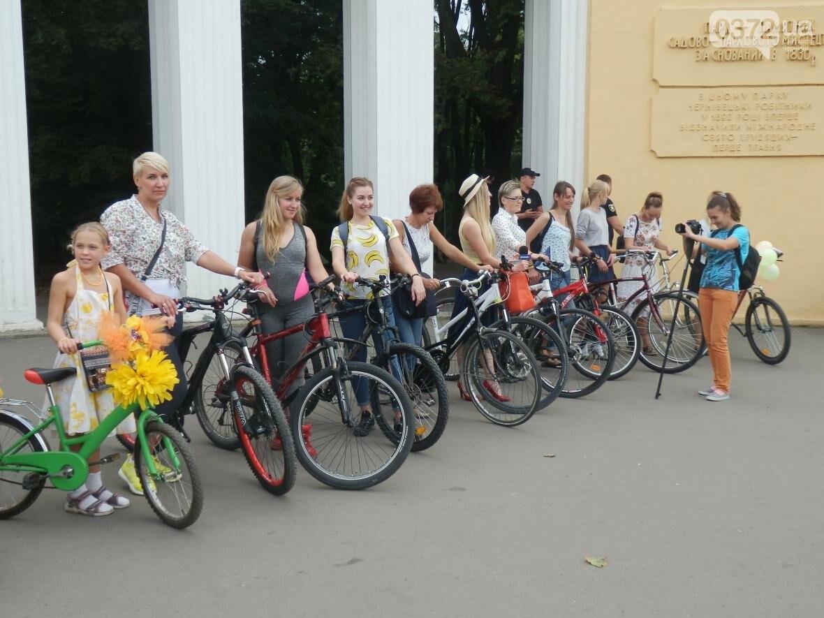 Дівчата у гарних сукнях на велосипедах. Велопарад у Чернівцях (ФОТО), фото-5