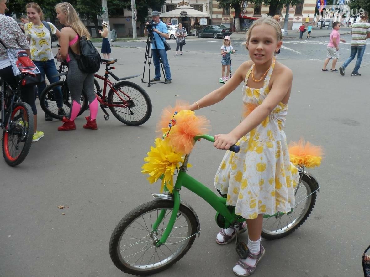Дівчата у гарних сукнях на велосипедах. Велопарад у Чернівцях (ФОТО), фото-1