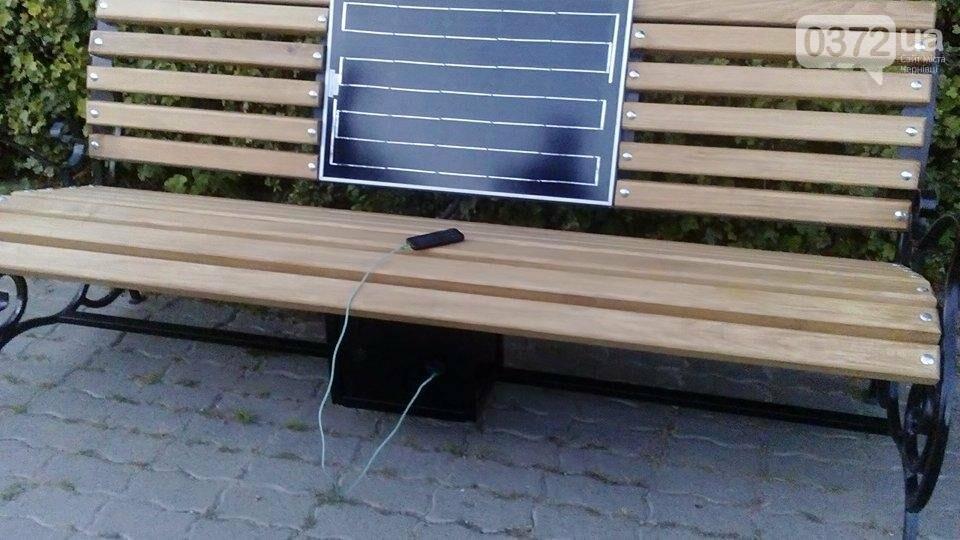 У Хотині встановили лавку з сонячною батареєю, фото-1