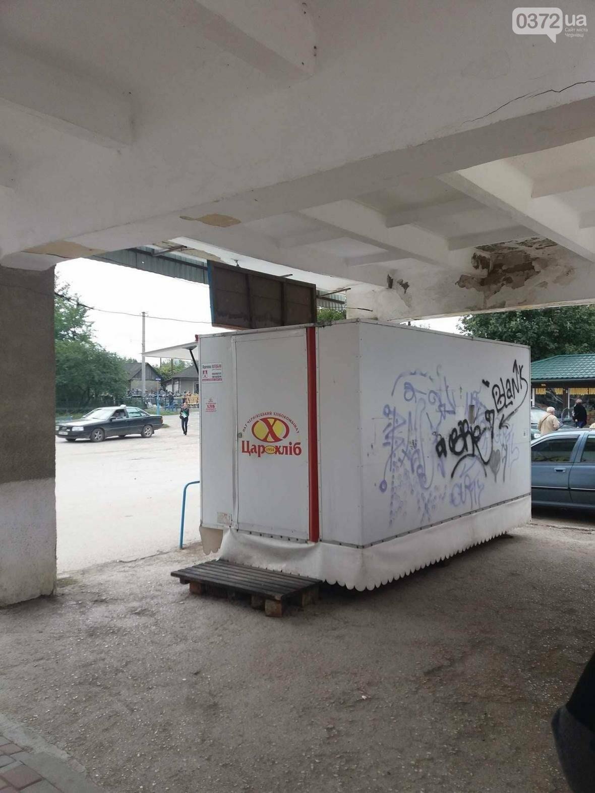 Місця для пасажирів на Кельменецькому автовокзалі нахабно захопив підприємець (фото), фото-4