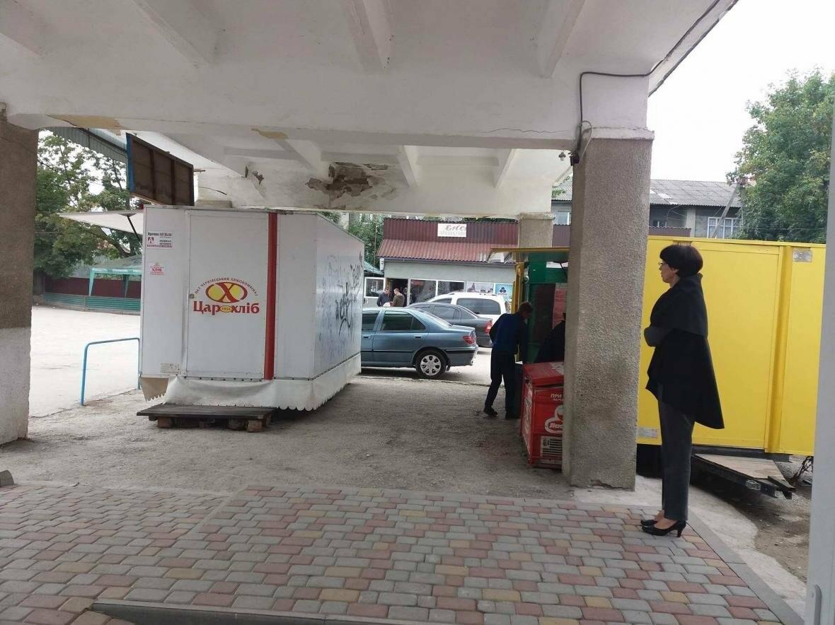 Місця для пасажирів на Кельменецькому автовокзалі нахабно захопив підприємець (фото), фото-5