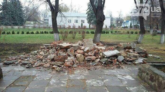 У Чернівцях знесли пам'ятник радянському письменнику, фото-1