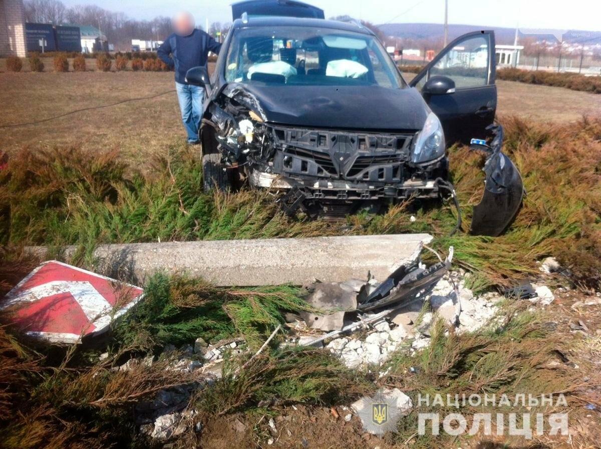 ДТП під Чернівцями: автівка злетіла з дороги, фото-1