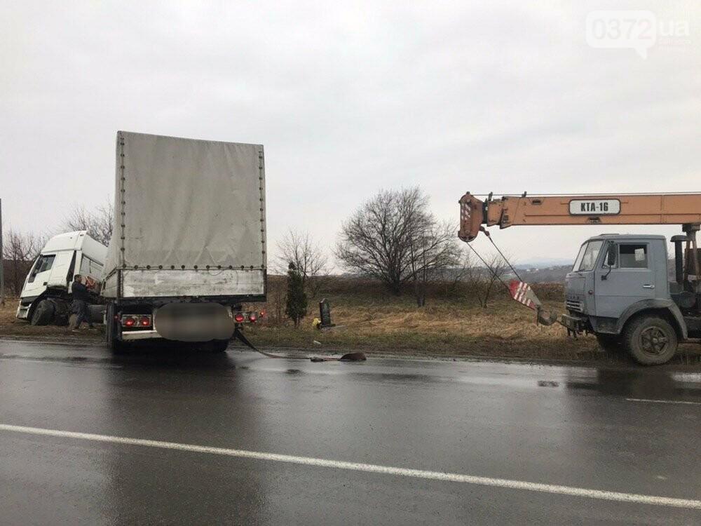 На Буковині вантажний автомобіль опинився в кюветі, фото-2
