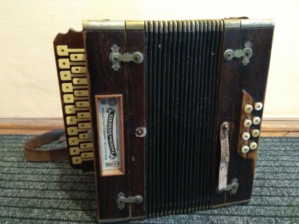 Через буковинський кордон намагались незаконно вивезти старовинний музичний інструмент, фото-1