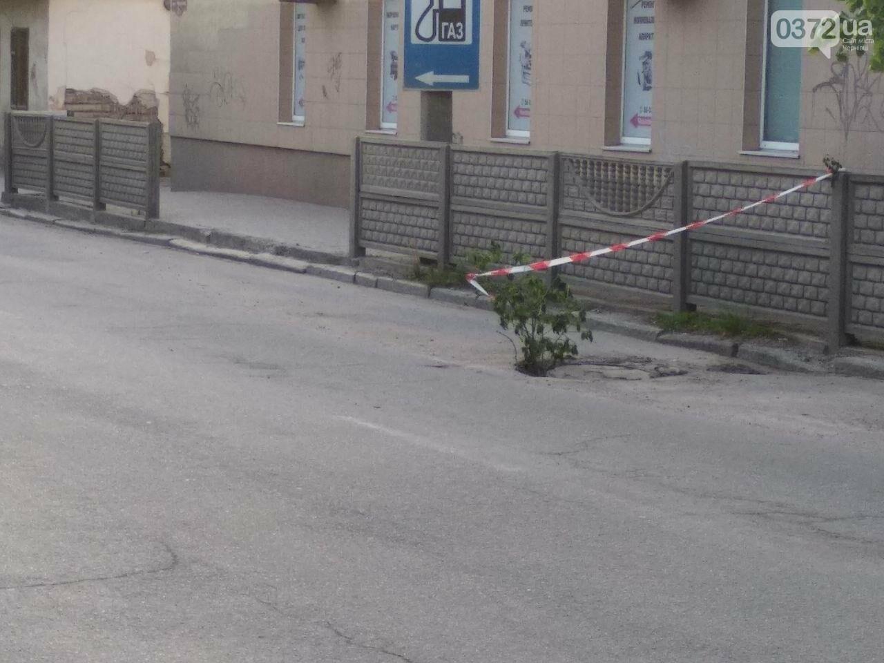 """На Чернівецьких вулицях із несправних люків на дорогах роблять """"декор"""" для міста, фото-1"""