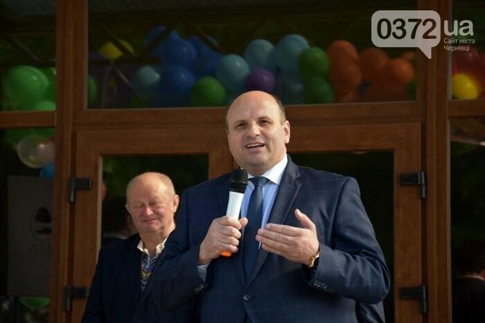 Голова Чернівецької облради завітав на свято останнього дзвоника до новозбудованої школи, фото-1