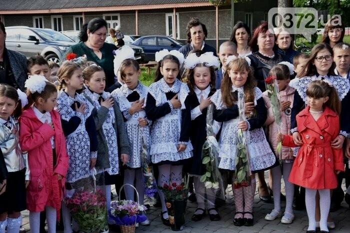 Голова Чернівецької облради завітав на свято останнього дзвоника до новозбудованої школи, фото-2