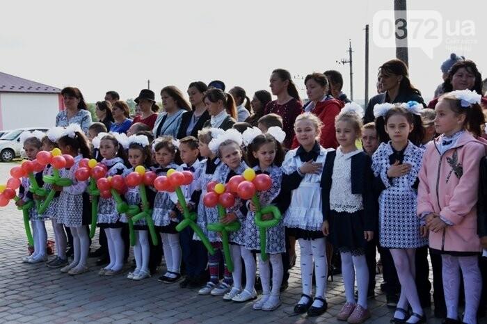 Голова Чернівецької облради завітав на свято останнього дзвоника до новозбудованої школи, фото-3
