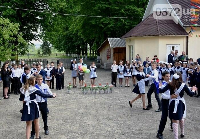 Голова Чернівецької облради завітав на свято останнього дзвоника до новозбудованої школи, фото-7