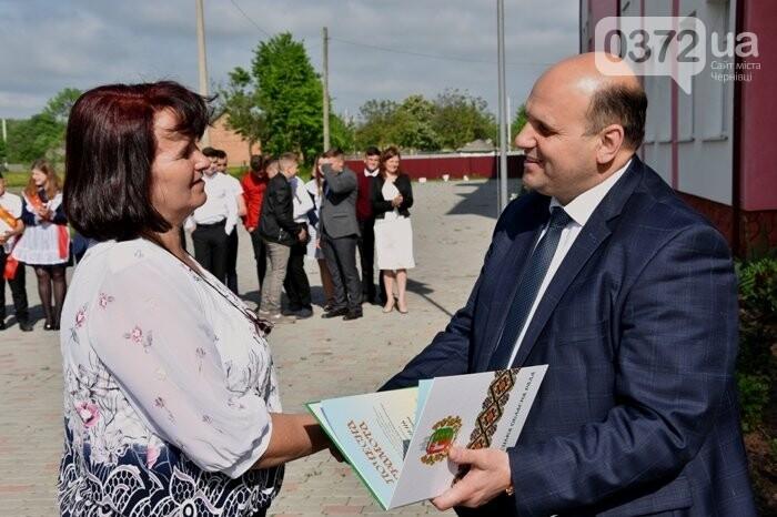 Голова Чернівецької облради завітав на свято останнього дзвоника до новозбудованої школи, фото-5