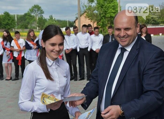 Голова Чернівецької облради завітав на свято останнього дзвоника до новозбудованої школи, фото-6