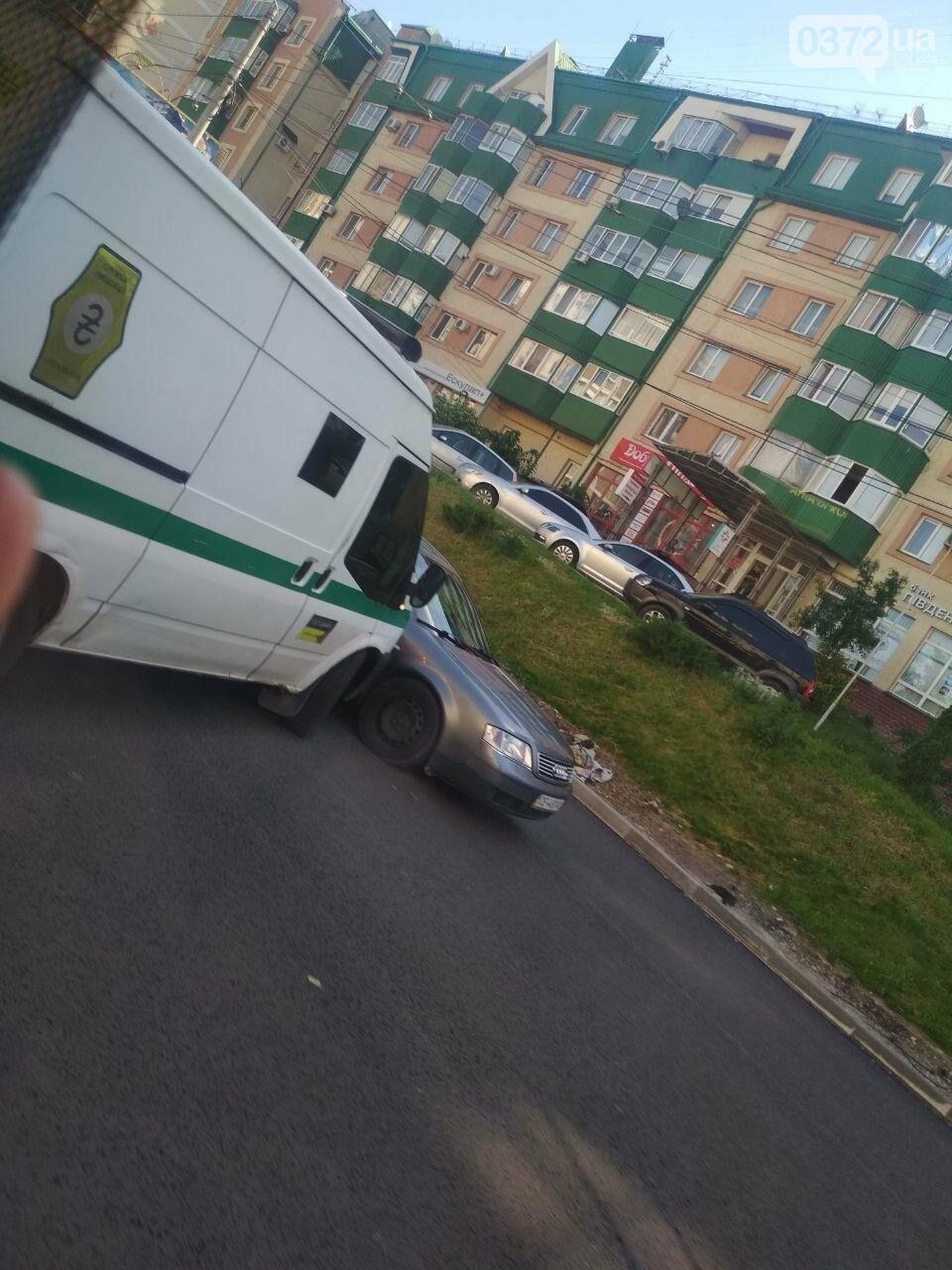 Ще одна ДТП у Чернівцях: не розминулись інкасатор та легковик, фото-1