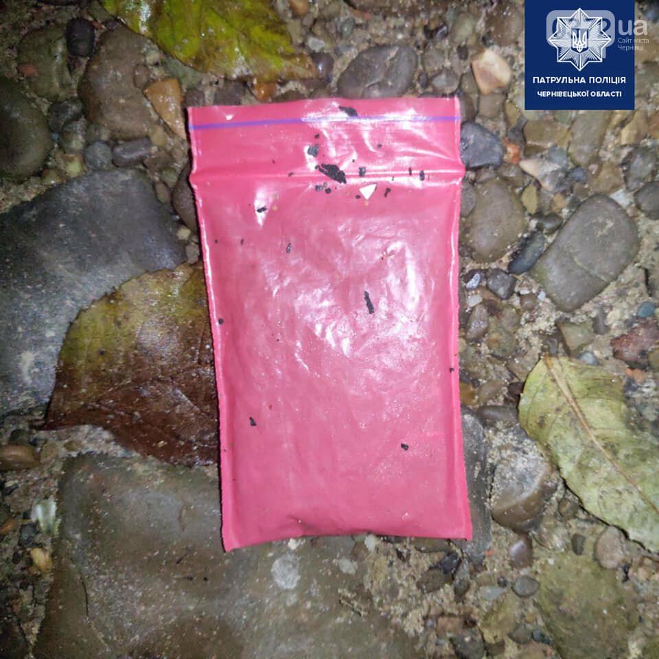 Вміст поліетиленових пакетів має ймовірно наркотичне походження
