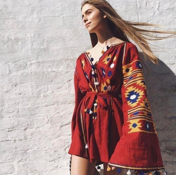 Онука буковинської співачки Софії Ротару вразила всіх сукнею з орнаментом, фото-3