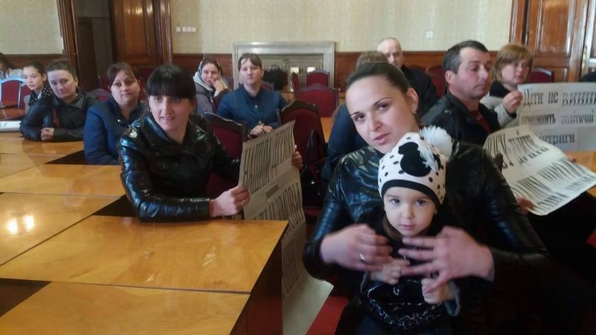 В Чернівцях батьки разом із дітьми пікетують обласну раду, фото-1