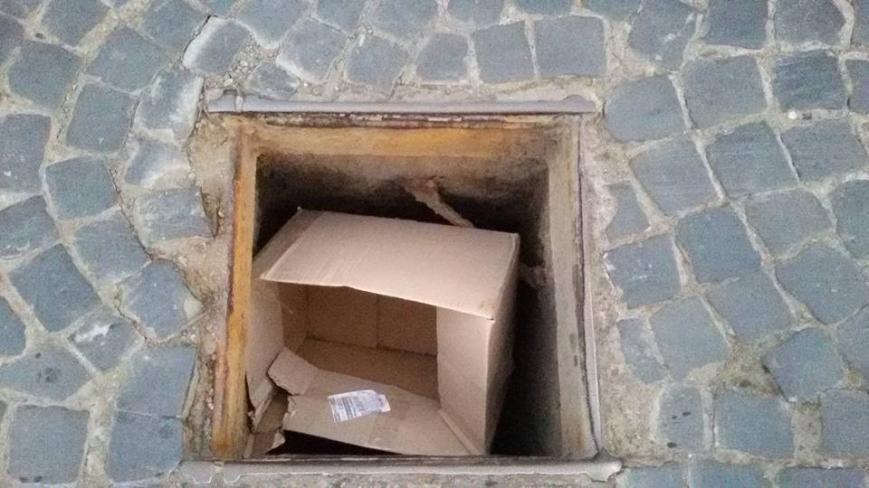 У Чернівцях дорожні люки закидають сміттям (фотофакт), фото-1