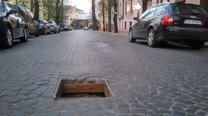 У Чернівцях дорожні люки закидають сміттям (фотофакт), фото-2