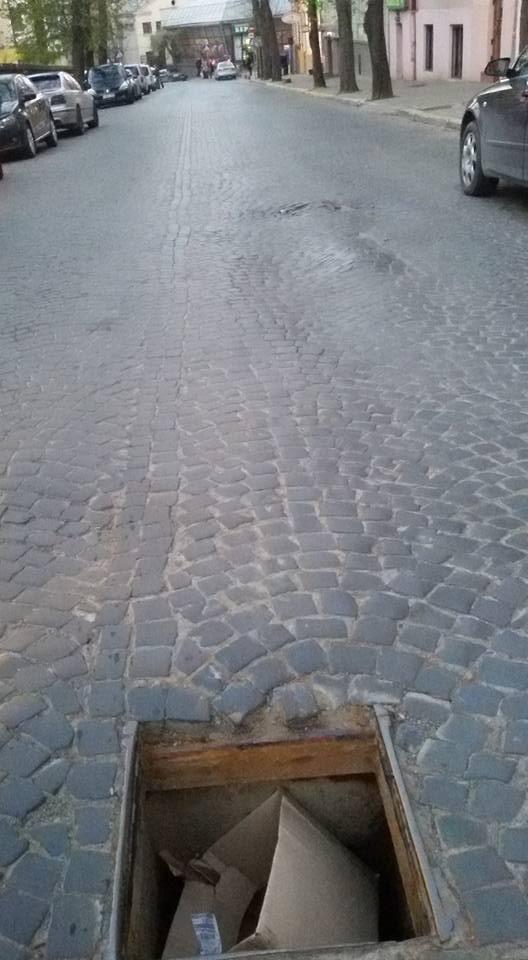 У Чернівцях дорожні люки закидають сміттям (фотофакт), фото-3