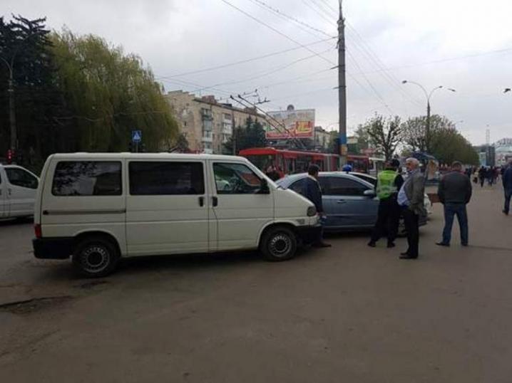 На проспекті Незалежності аварія: зіштовхнувся мікроавтобус і легковик (ФОТО), фото-1