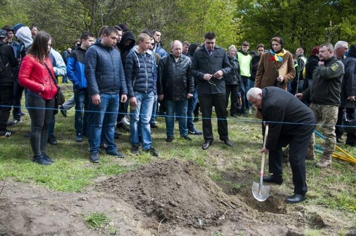 У Чернівцях висадили нові червоні дубки в пам'ять про загиблих воїнів (ФОТО), фото-6