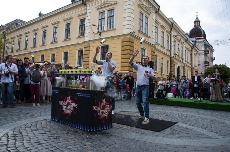 Чернівчан одружили просто неба на вулиці Кобилянської (фото), фото-12