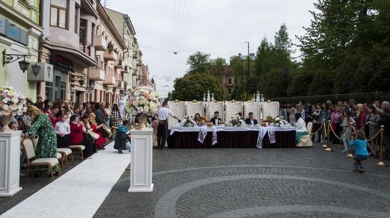 Чернівчан одружили просто неба на вулиці Кобилянської (фото), фото-13
