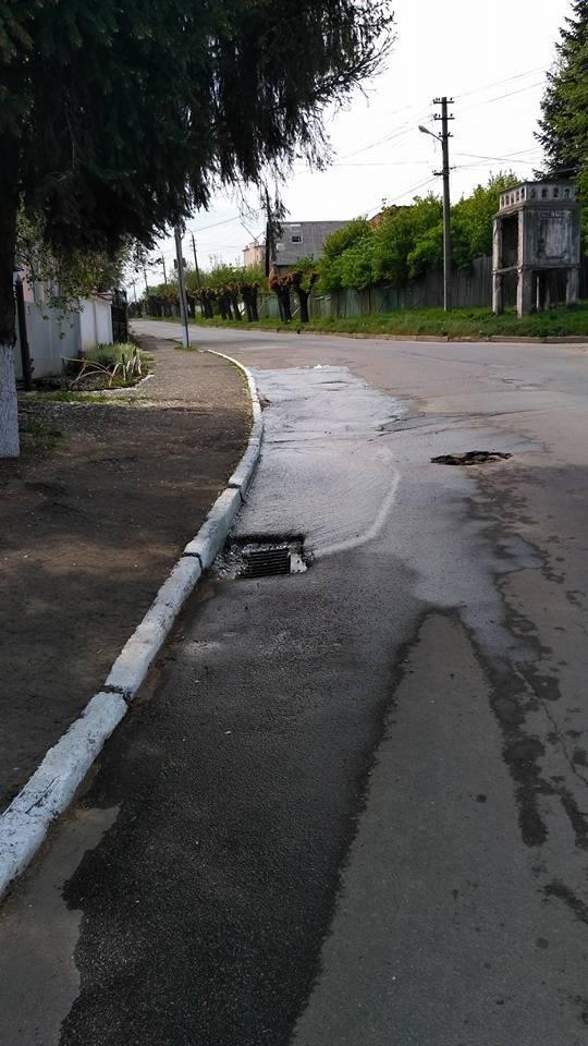 Чернівчани стають жертвами ремонтних робіт: у будинку води немає, а на дорозі з люків витікає, фото-2