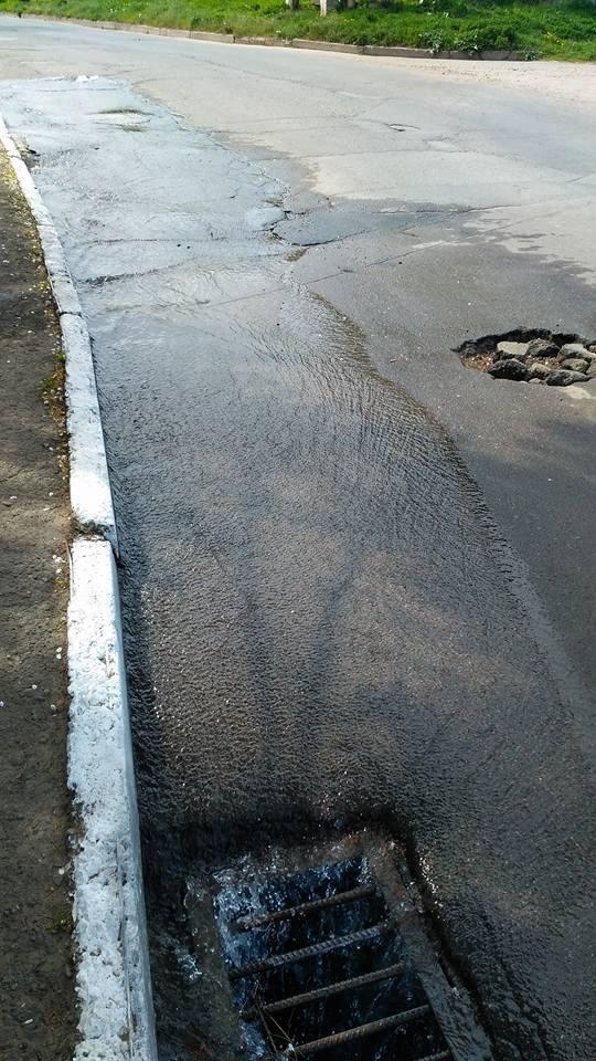 Чернівчани стають жертвами ремонтних робіт: у будинку води немає, а на дорозі з люків витікає, фото-3
