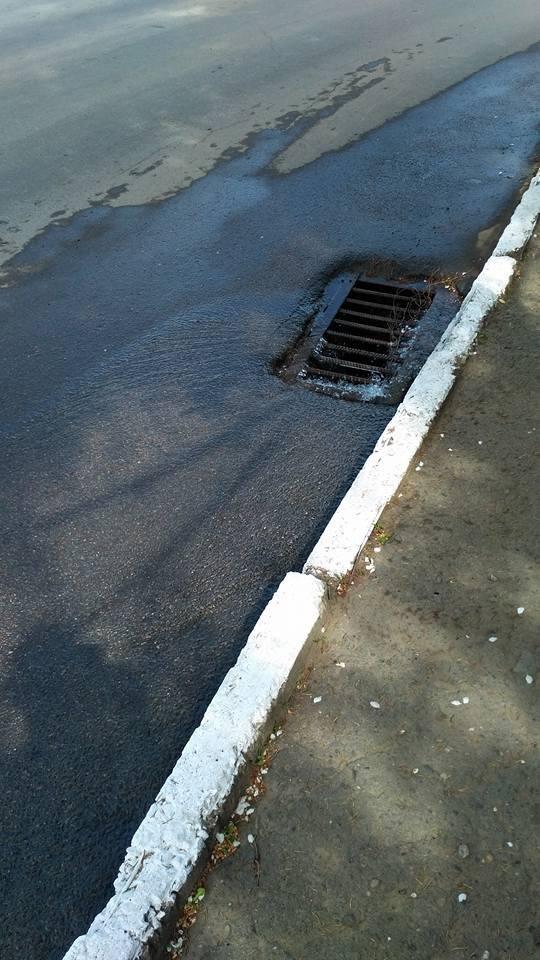 Чернівчани стають жертвами ремонтних робіт: у будинку води немає, а на дорозі з люків витікає, фото-4