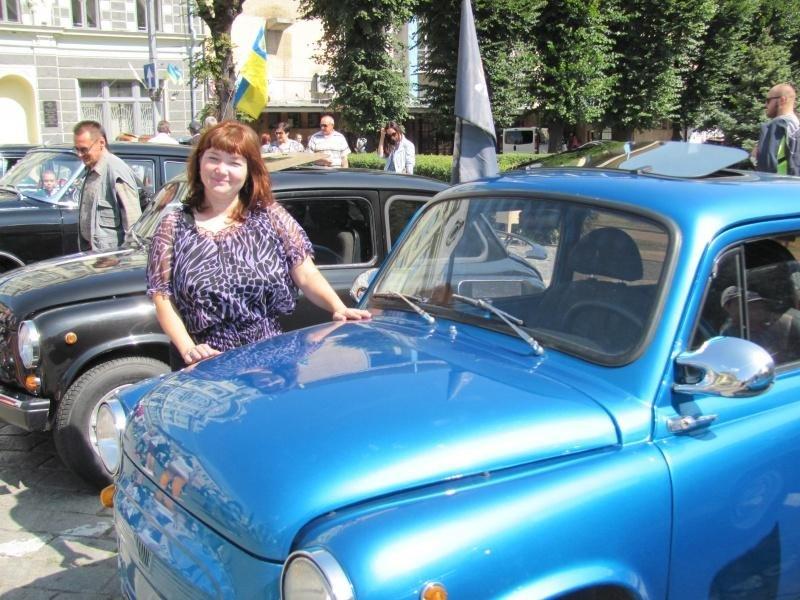 """Чернівецька вчителька їздить на горбатому """"Запорожці"""", який сама ж і відреставрувала (фото) , фото-1"""
