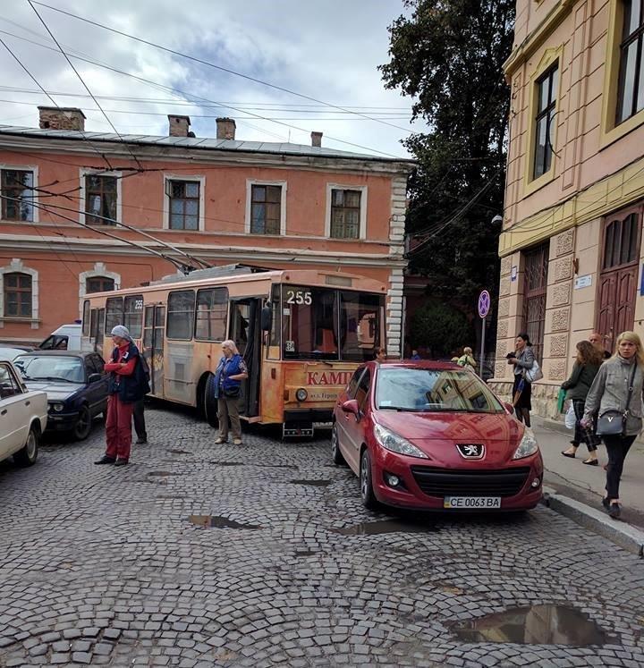 У центрі Чернівців неправильно припарковане авто заблокувало рух громадського транспорту (фотофакт), фото-1