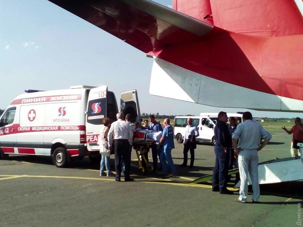 Літак сьогодні доставив до Одеси гонщика, який отримав травми на ралі в Чернівецькій області, фото-1
