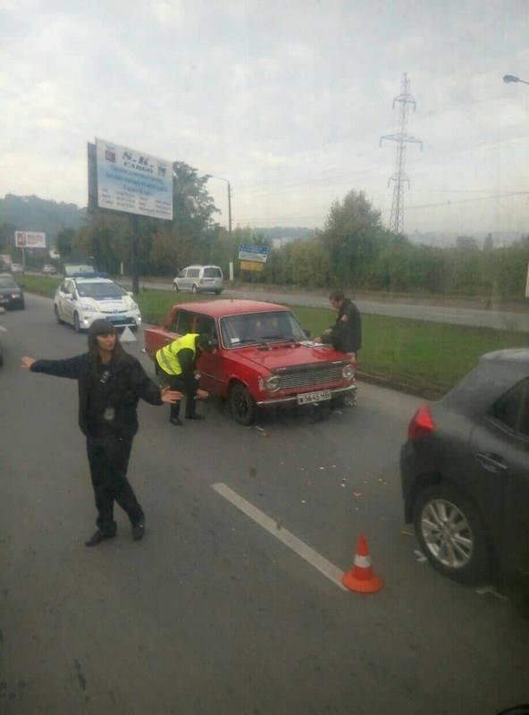 """У Чернівцях зіштовхнулися два автомобіля: """"Жигулі"""" та """"Тoyota"""" (фото), фото-1"""