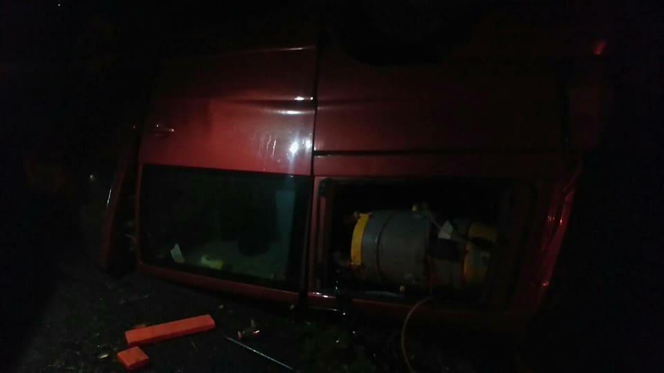 Водій мікроавтобуса з Чернівців не справився з керуванням і перекинув «бус» на дах (фото), фото-4
