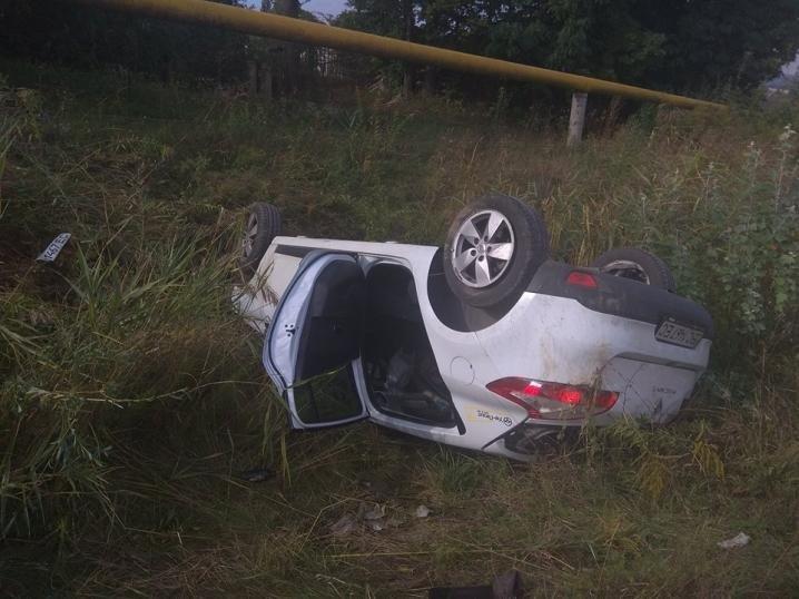 Неподалік Чернівців автомобіль злетів у кювет та перекинувся: жінка-водій опинилася в лікарні (ФОТО), фото-1