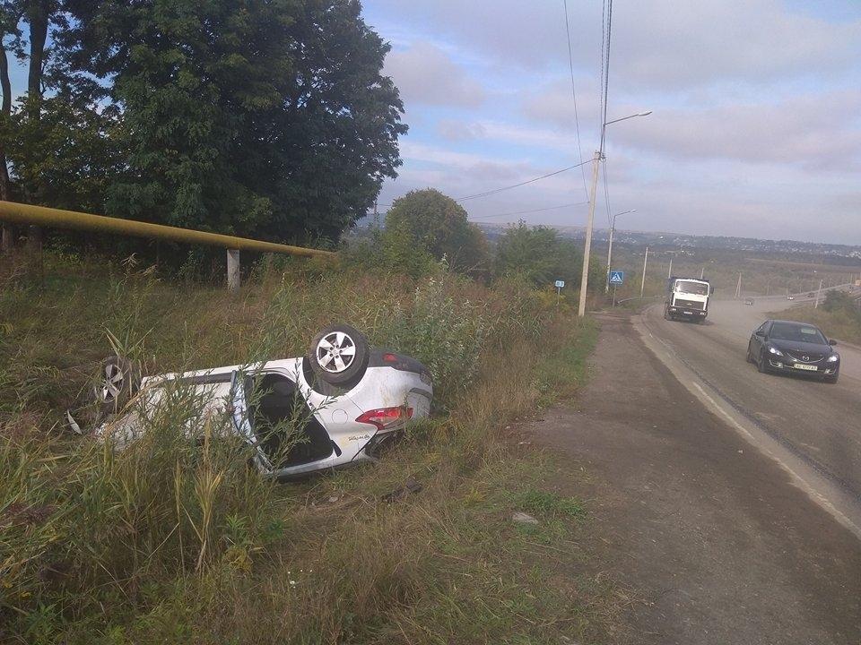 Неподалік Чернівців автомобіль злетів у кювет та перекинувся: жінка-водій опинилася в лікарні (ФОТО), фото-2