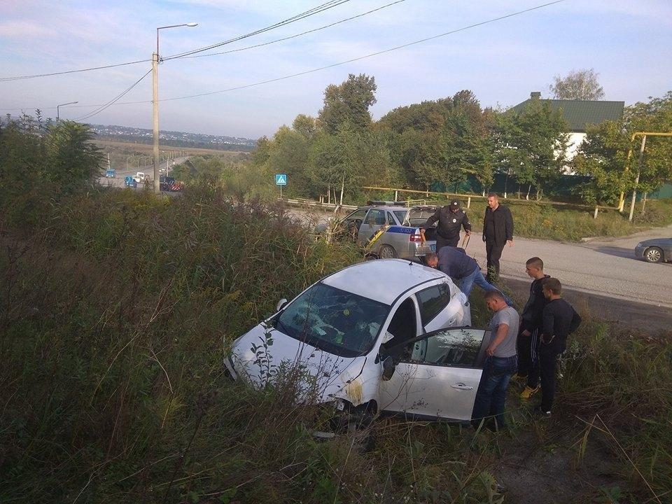 Неподалік Чернівців автомобіль злетів у кювет та перекинувся: жінка-водій опинилася в лікарні (ФОТО), фото-3