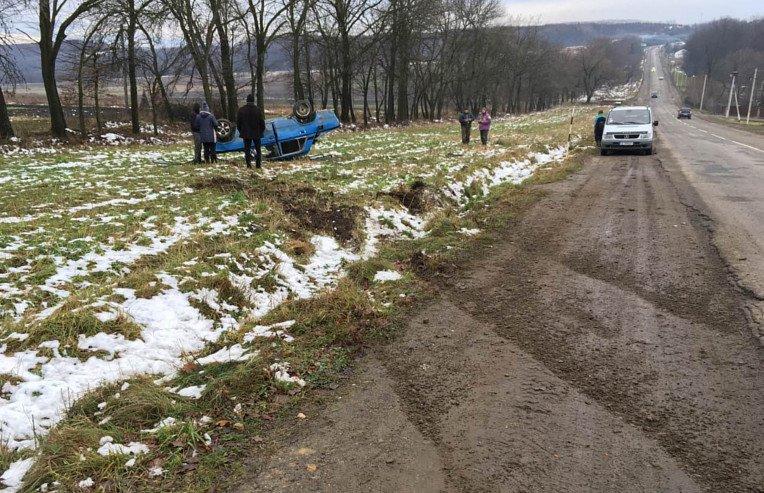 """На Буковині сталася ДТП: """"Жигуль"""" з'їхав з дороги та перекинувся, фото-3"""